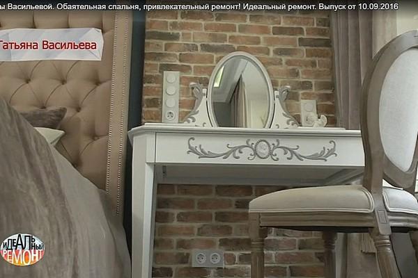 Дизайнеры также решили добавить в интерьер квартиры звезды элементы стиля лофт - это относится к кирпичной стене
