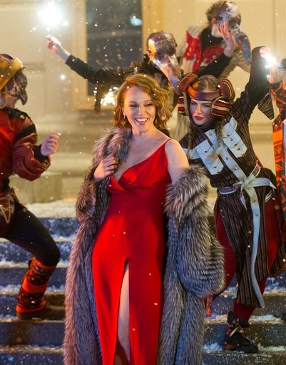 Альбина Джанабаева примерила красное платье с высоким разрезом