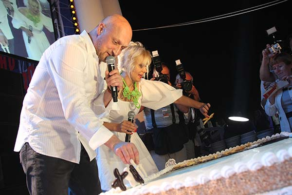 Гоша Куценко и Яна Троянова украшают торт матерными словами