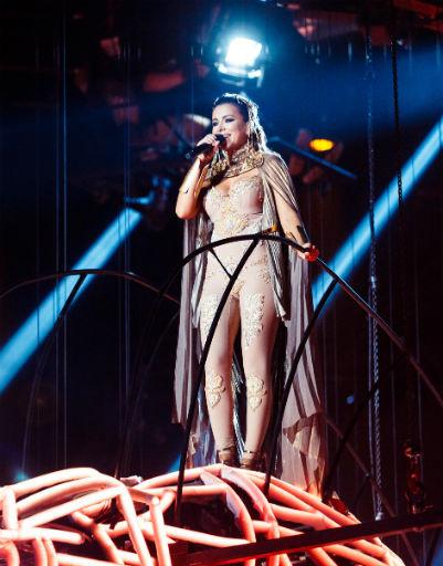 За время концерта артистка появилась в нескольких десятках костюмов