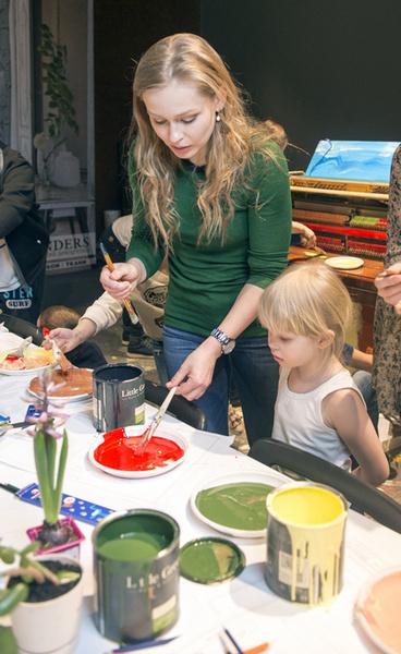 Юлия Пересильд помогает детям на мастер-классе