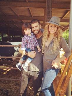 Шакира с мужем Жераром и сыном Миланом