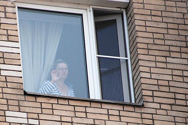 Васильева провожает мужа у окна