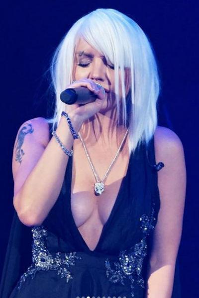Певица на концерте появилась в новом образе