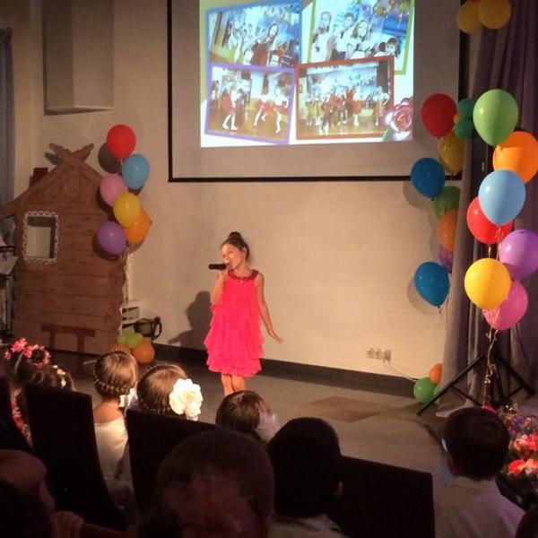 Ариша поет песню на детском празднике
