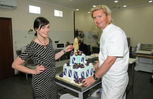 Такой же торт, только в пять ярусов, доставят Кристине Орбакайте в день рождения – в подарок от Александра Селезнева