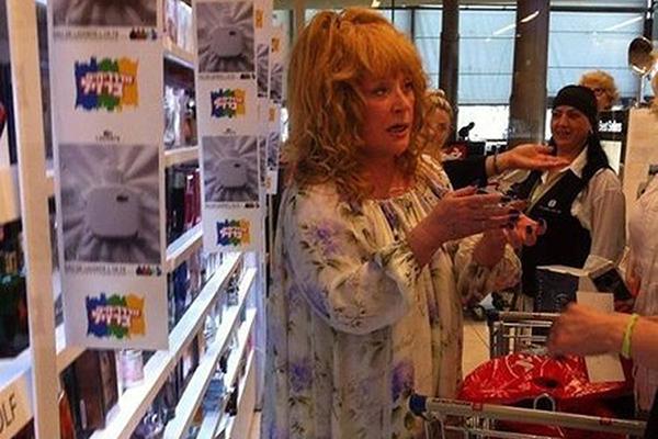 Алла Пугачева сама готовит детям каши и пюре. На фото Примадонна в супермаркете Израиля