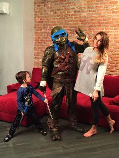 Алена Водонаева с сыном Богданом и черепашкой-ниндзя Леонардо