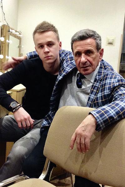 По словам актера, с сыновьями он никогда не был строг. На фото с младшим сыном Глебом