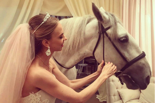 Надежда Сысоева начала утро в платье невесты