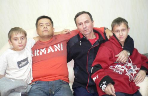 Певец частый гость в доме поэта. На фото Николай Расторгуев с сыном Николаем и Михаил Андреев с сыном Кириллом