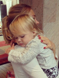 Певица с младшей дочкой
