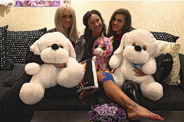 За Олей в Москве ухаживали подруга Яна и сестра Аня