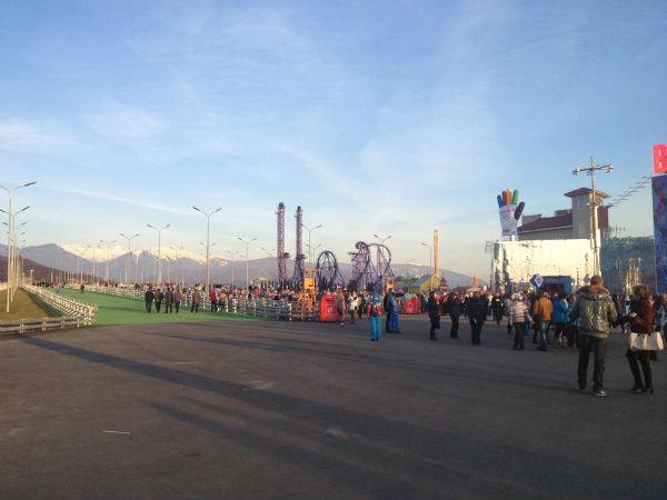 На территории Олимпийского парка расположен небольшой луна-парк с аттракционами