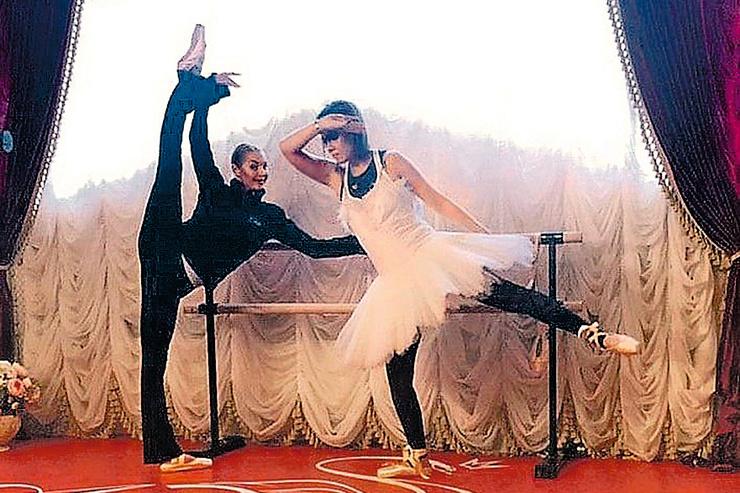 ...а Собчак попробовала силы у балетного станка