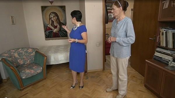 Людмила Чурсина показывает квартиру Наташе Барбье