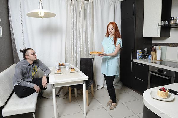 Раньше в квартире жила семья с ребенком, так что на кухне осталась вся бытовая техника и гарнитур со специальным покрытием - на нем можно чертить, красить - все отмоется