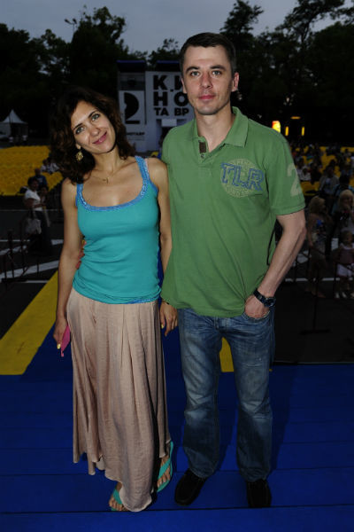 Недавно стало известно, что Петренко помогает бывшей жене отводить сыновей в школу, пока та нянчится с новорожденной дочерью