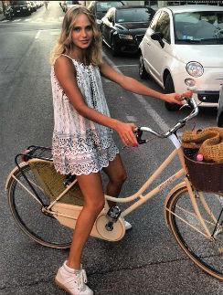 Глюк'oZa любит прокатиться по городу на своем велосипеде