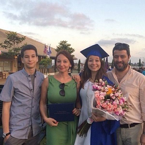 Анатолий Цоир (справа) с семьей на выпускном старшей дочери