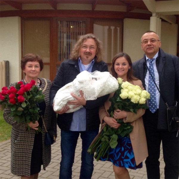«Домой!» - подписала Юлия Проскурякова семейное фото