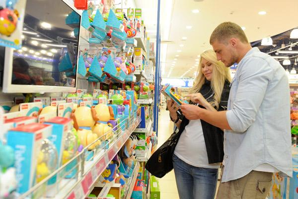 Элина и Саша изучили ассортимент игрушек для новорожденных