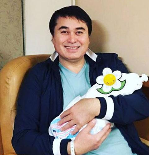 Арман Давлетьяров и его новорожденная дочка