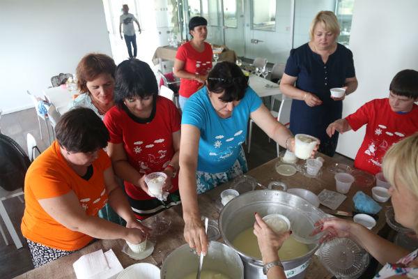 На сыроварне все научились делать сыр самостоятельно