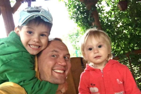 Даже после развода Степан продолжает часто встречаться с детьми