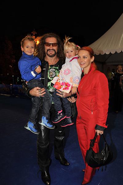 Никита Джигурда и Марина Анисина с детьми Эвой и Анжелем