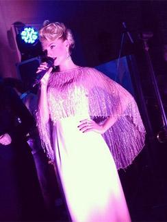Саша Савельева устроила для гостей сольный концерт