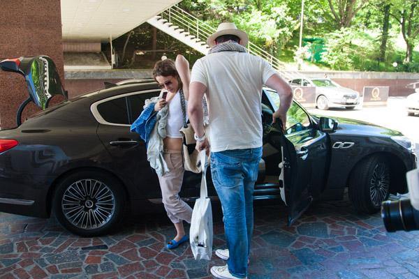 Максим, как настоящий джентльмен и заботливый супруг, открыл дверцу машины перед Ксюшей