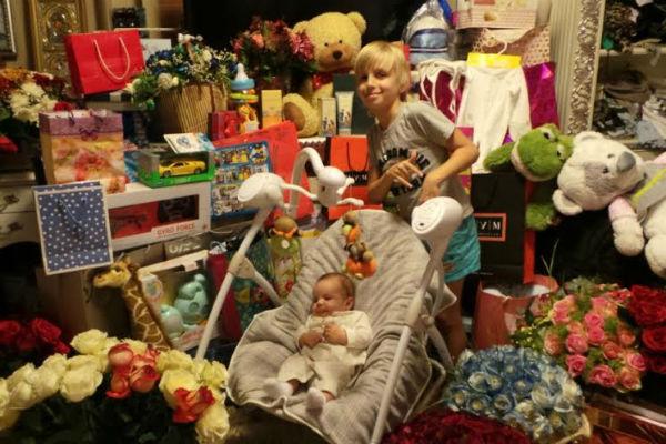 Никита и Стивен Энтони в окружении подарков