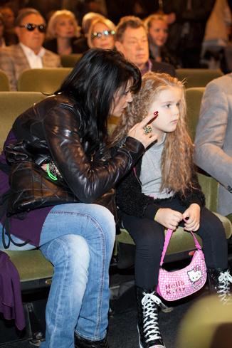 Юлия Абдулова подробно объяснла дочери, что происходит на сцене
