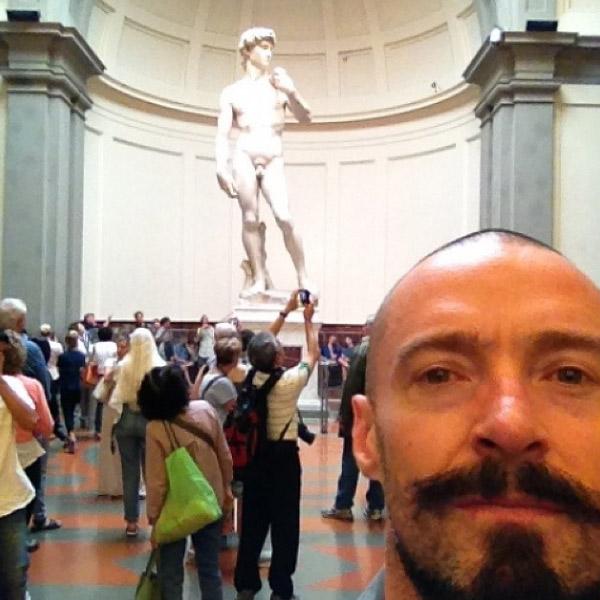 Хью Джекман на фоне скульптуры Микеланджело
