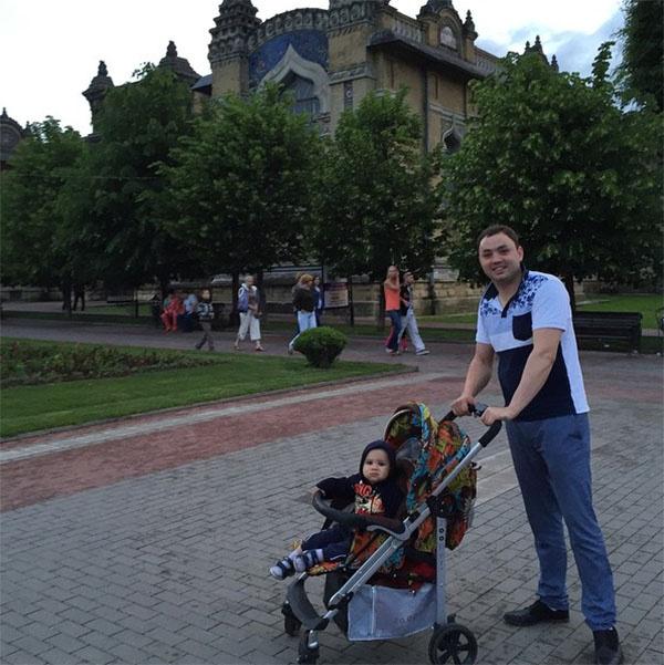 Это фото Саши с сыном сделано тоже в Кисловодске