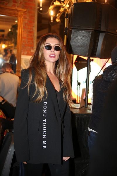 Анна Седокова вышла в свет в темном костюме и блузе с вырезом