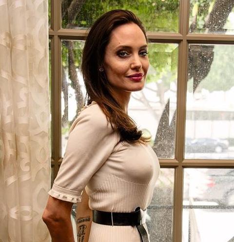 После расставания с Брэдом Питтом актриса значительно сбросила вес – ее не раз подозревали в анорексии