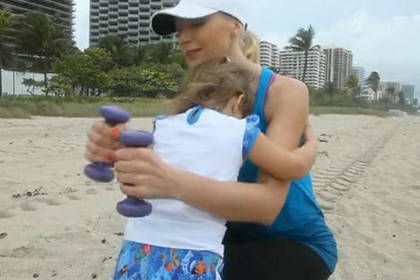 В результате дочь Кристины Орбакайте застеснялась камеры и спряталась у мамы на груди