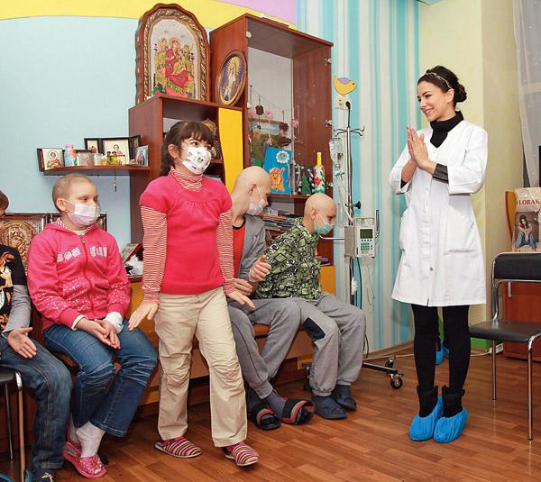 В каждый приезд Ани Лорак маленькие пациенты больницы «Охматдет» устраивают небольшой концерт. Декабрь 2013 года