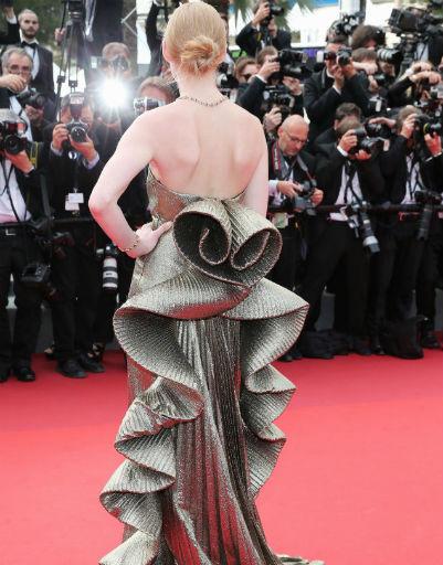 Сзади платье Светланы декорировано объемными рюшами