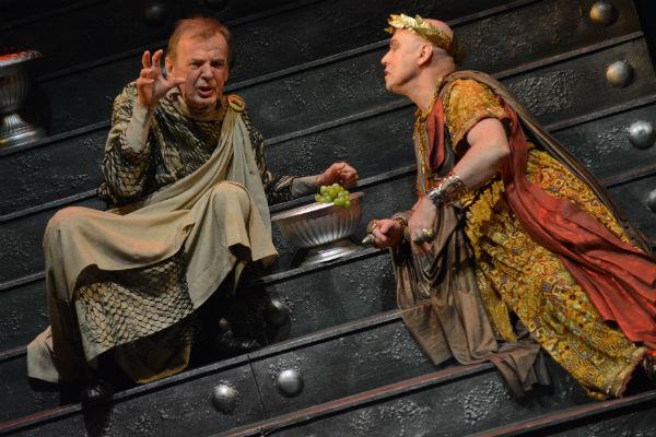 Актер часто исполняет на сцене сложные драматические роли