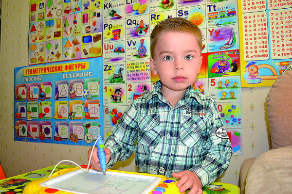 Станислав с интересом решает математические задачки и поет на английском