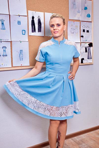 На самом деле это платье – из разряда спортивных. В женственное его превращают кружева и… молния. Идешь на экзамен – молния застегнута. А потом можно ее приоткрыть