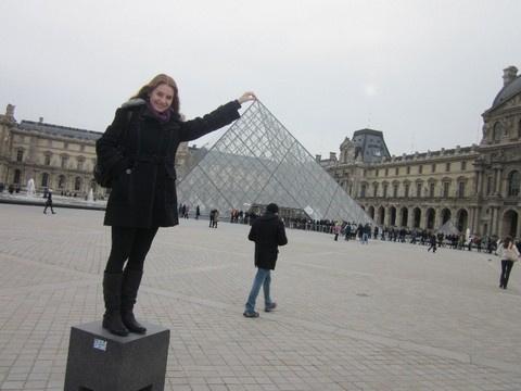 Дарья Карпова и пирамида Лувра. На заднем плане очередь - бесплатный день посещения музея.