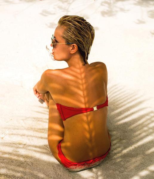 ...Полина же решила ограничиться белоснежным песком