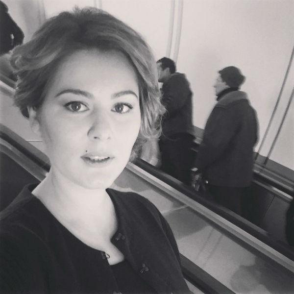 Актриса и депутат даже сделала фото на память, стоя на ступенях эскалатора