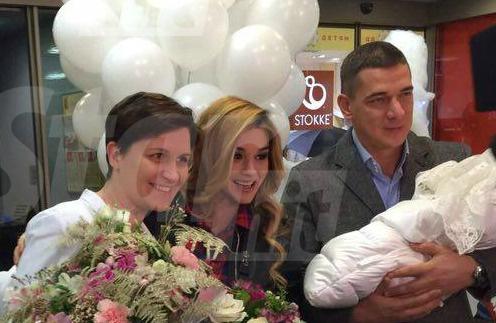 Ксения Бородина с новорожденной дочерью, мужем и главврачом ПМЦ Татьяной Олеговной Нормантович