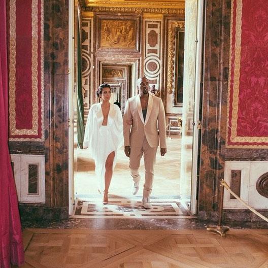 «Заходим в Версаль», - подписала снимок Ким Кардашьян