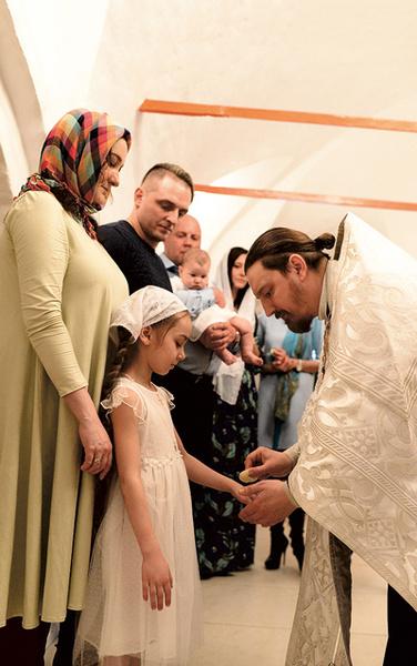 Мама Ольга подготовила дочь Стефанию к обряду
